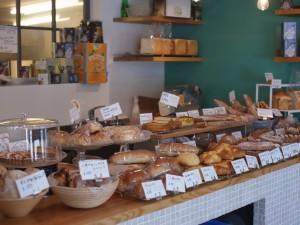 菓子パン、おかずパン、ソフト系、ハード系など40種類以上のパンが並ぶ店内