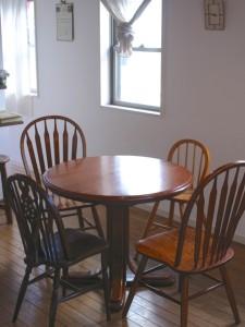 パリのカフェを思わせる落ち着いた家具