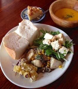 ランチメニューは1プレイトにスープとデザートがつきます(1,000円)