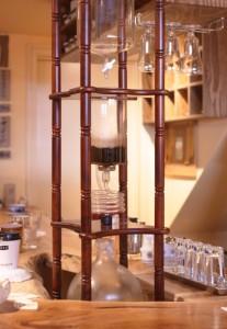 店内で目を引くアイスコーヒー用のウォータードリッパーは、12時間かけてコーヒーを抽出