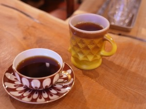 珈琲を注文すると、カウンターの奥に並ぶヴィンテージのカップから、好きなものを選べます