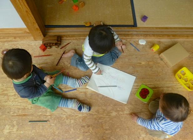 ヨガのマタニティクラスでの託児では、上のお子さん同士が仲良く遊ぶ姿も