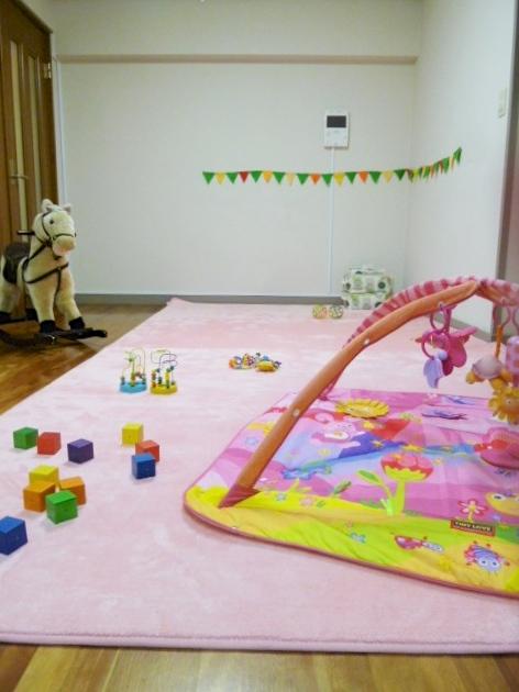 専用のマットが敷かれた託児室では、預かるお子さんに合わせたおもちゃを用意