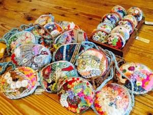 たせさん手づくりのバッグやお財布は、イベント時やご自宅で購入可能 (小)1500円〜、(紐付き大)3500円〜