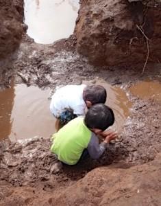 水たまりでの泥遊びは子どもたちの1番人気