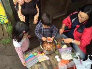 炊き出し、子どもたちも自然にお手伝い