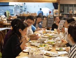 食後は子どもはキッズスペースで楽しみ、大人はおしゃべりで交流タイム