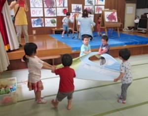 子どもたちは40畳の和室でのびのび遊ぶ 手前はテントの引っ張りあい 奥ではお絵かき