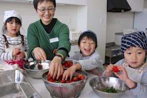 ご飯を作る回の深津さんと子どもたち それぞれ出来ることで楽しく参加