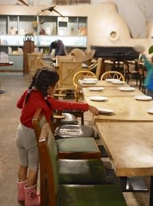 子どもたちにとっては、お店のお皿を運ぶというのも貴重な体験。真剣です