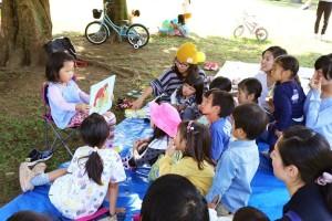 週末の公園開催では子どもが好きな本をみんなに読む企画も みんな絵本に集中しています!