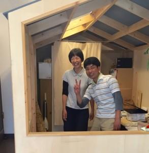 事業所の中にある大きなバードハウスから・・・斎藤弘典さんと英里さんご夫妻