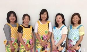 真ん中に岡本麗子さん、左からスタッフの野村さん、蓑田さん、河野さん、岩崎さん
