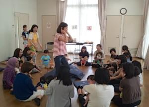 毎回人気の親子リトミック&ベビーマッサージ 講師の岩崎さんや長内さんは、バンビーニの利用者で、2人のお子さんのママ