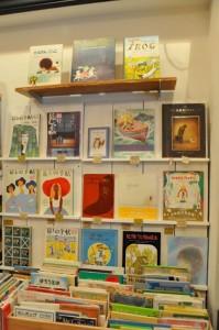 入ってすぐ右のコーナーはわくわくするような絵本たち 朝ドラの影響で人気になった雑誌も
