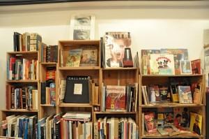 美大卒の店主のセンスが光る サブカル系やビジュアル系の本が並ぶ奥の棚